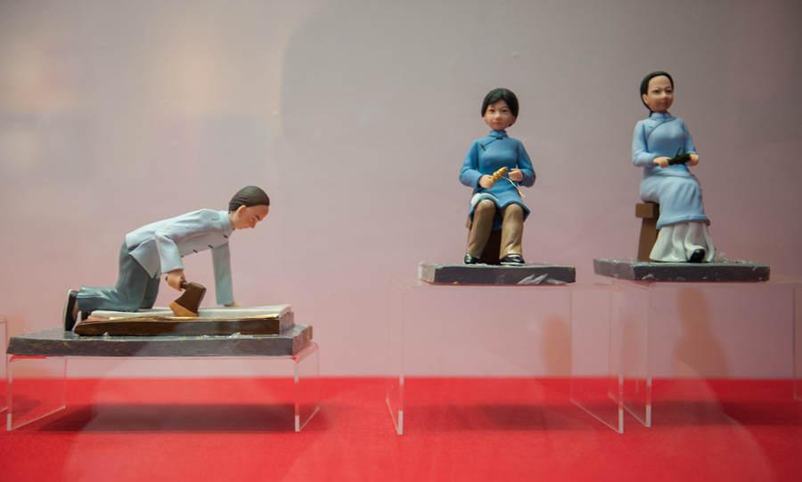 Figurines show ancient people making yunjin brocade. (Photo provided to chinadaily.com.cn)