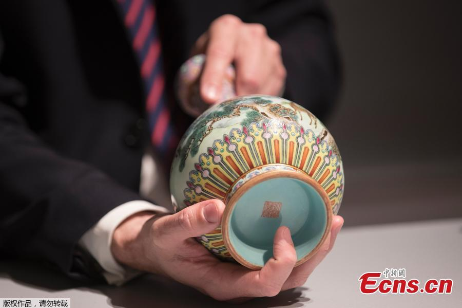A rare Imperial Qianlong (18th century) porcelain vase is displayed at Sotheby\'s auction company in Paris, on May 22, 2018. The vase, which was stored in a shoebox in an attic for decades, will be sold at Sotheby\'s Paris on June. (Photo/Agencies)