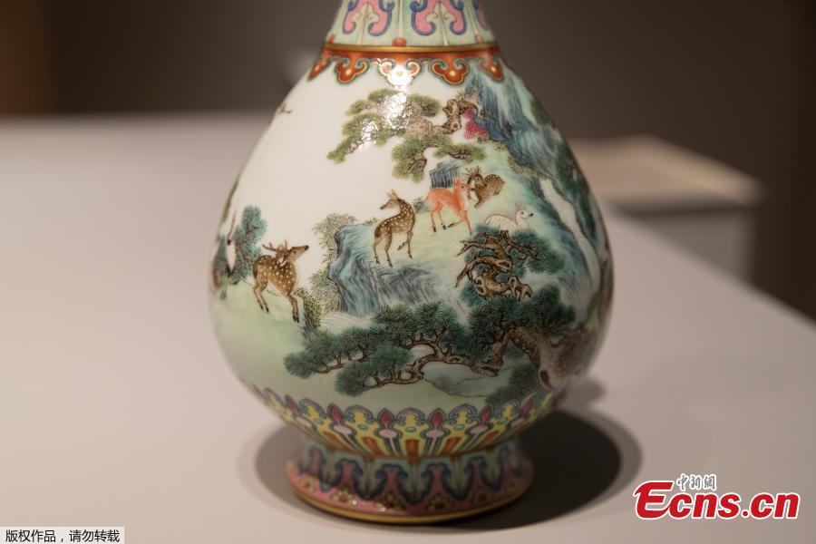 A rare Imperial Qianlong porcelain vase (18th century) is displayed at Sotheby\'s auction company in Paris, on May 22, 2018. The vase, which was stored in a shoebox in an attic for decades, will be sold at Sotheby\'s Paris on June.  (Photo/Agencies)