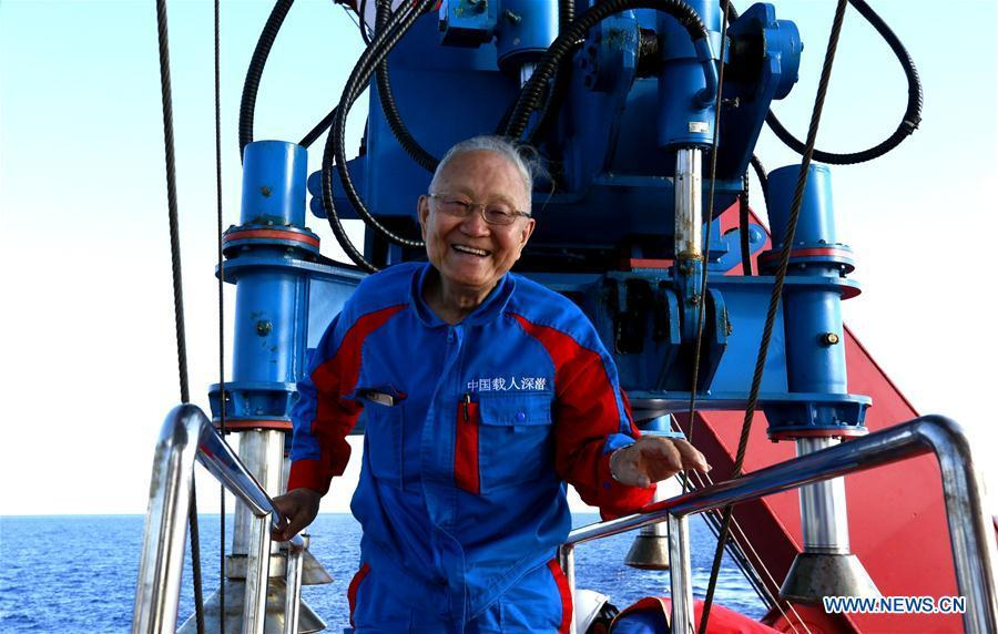 Wang Pinxian walks out of China\'s manned submersible Shenhai Yongshi, or Deep Sea Warrior, after its dive in the South China Sea, May 21, 2018. Well-known geologist Wang Pinxian, 82, an academician at the Chinese Academy of Sciences, conducted his 3rd dive in the South China Sea on Monday, and it\'s also the 76th successful dive of the submersible Deep Sea Warrior.(Xinhua/Zhang Jiansong)