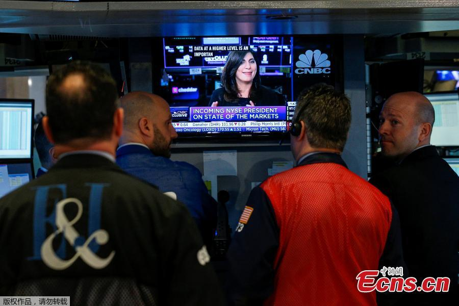 Traders watch as NYSE Chief Operating Officer Stacey Cunningham, who will be the New York Stock Exchange\'s (NYSE) first female president, speaks during an interview with CNBC in New York, U.S., May 22, 2018. For the first time in its 226-year history, the New York Stock Exchange has a woman president. Stacey Cunningham, who is currently the NYSE's chief operating officer, will become the exchange's 67th president as of Friday.(Photo/Agencies)