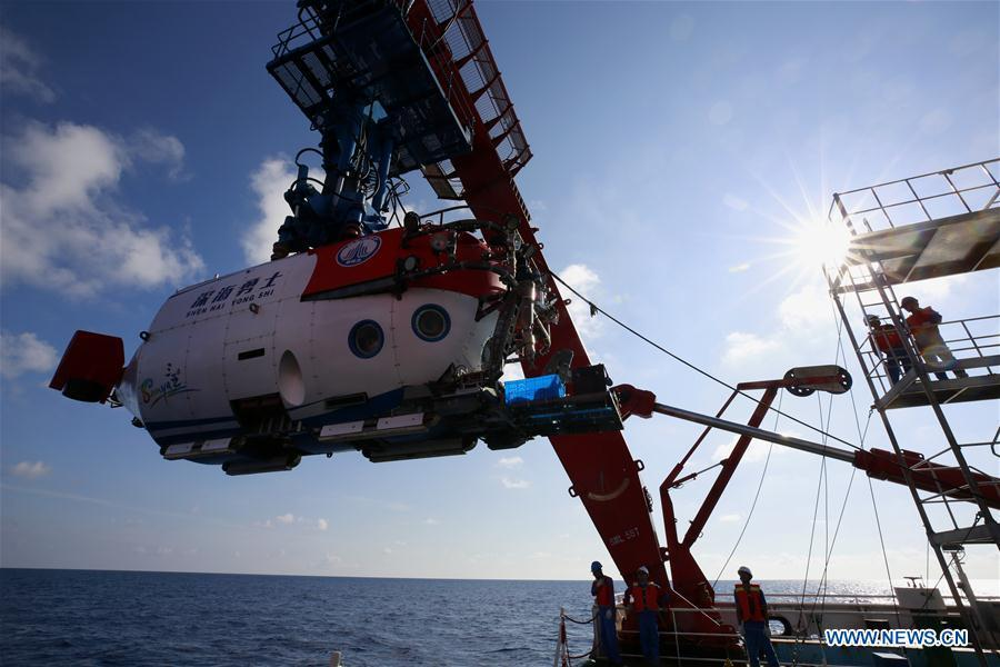 China\'s manned submersible Shenhai Yongshi, or Deep Sea Warrior, prepares to dive in the South China Sea, May 21, 2018. Well-known geologist Wang Pinxian, 82, an academician at the Chinese Academy of Sciences, conducted his 3rd dive in the South China Sea on Monday, and it\'s also the 76th successful dive of the submersible Deep Sea Warrior.(Xinhua/Zhang Jiansong)