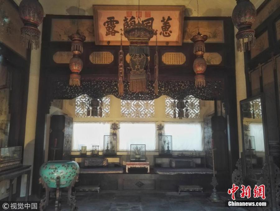 A new lighting system is in use at the Palace of Gathered Elegance (Chuxiu gong) in the Palace Museum in Beijing. Chuxiu gong is located in the northeast of the Six Western Palaces. Notable among the consorts who lived here throughout the Ming (1368-1644) and Qing (1644-1911) dynasties was the Empress Dowager Cixi. She lived here when she was young as Consort Yi. In the rear hall, she gave birth to Zaichun, the only son of the Xianfeng Emperor and who became the Tongzhi Emperor. Walls of the roofed corridors in the courtyard have inscriptions written by the courtiers for her fiftieth birthday in 1884. The new lighting system, which is not a fire risk, is said to be enhancing visitor experiences. (Photo/VCG)