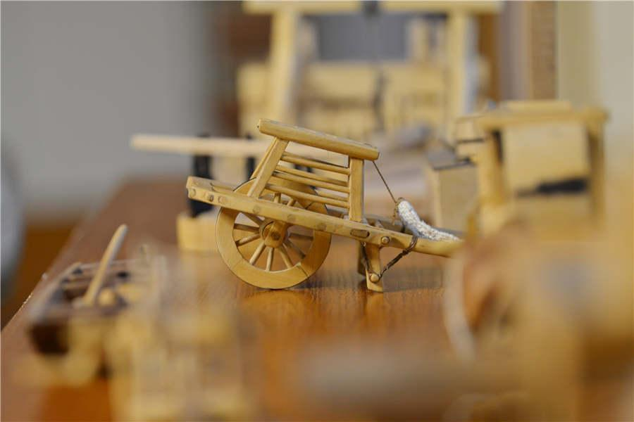 A miniature wooden wheelbarrow made by Chen Hesheng. (Photo/Asianewsphoto)