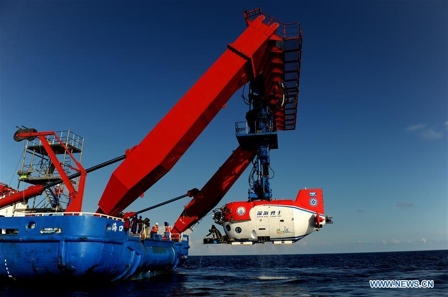 China\'s manned submersible Shenhai Yongshi, or Deep Sea Warrior, returns to the oceanic research vessel Tansuo-1 after its dive in the South China Sea, May 21, 2018. Well-known geologist Wang Pinxian, 82, an academician at the Chinese Academy of Sciences, conducted his 3rd dive in the South China Sea on Monday, and it\'s also the 76th successful dive of the submersible Deep Sea Warrior.(Xinhua/Zhang Jiansong)