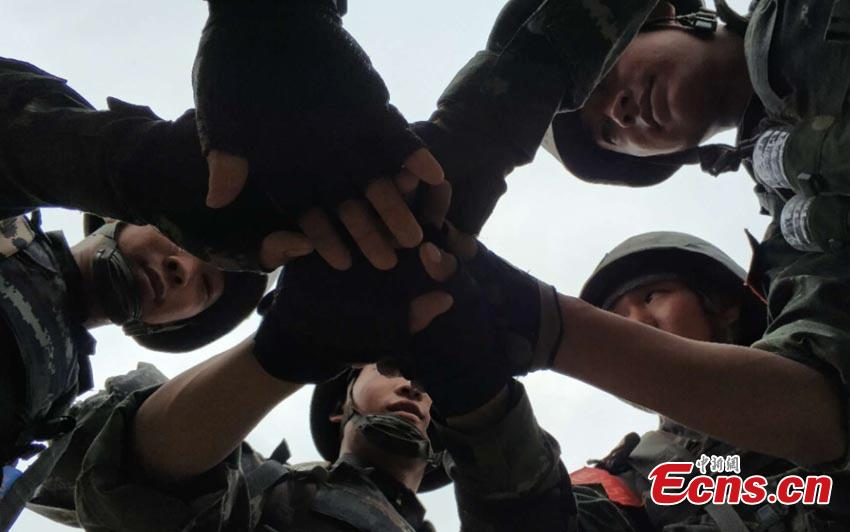 Armed police undertake an intensive training program in the Changbai Mountains in Yanbian Korean Autonomous Prefecture, Northeast China's Jilin Province. The seven-day-six-night training involved 42 components, including long-distance maneuvers and hostage rescue. (Photo: China News Service/Lu Heping)