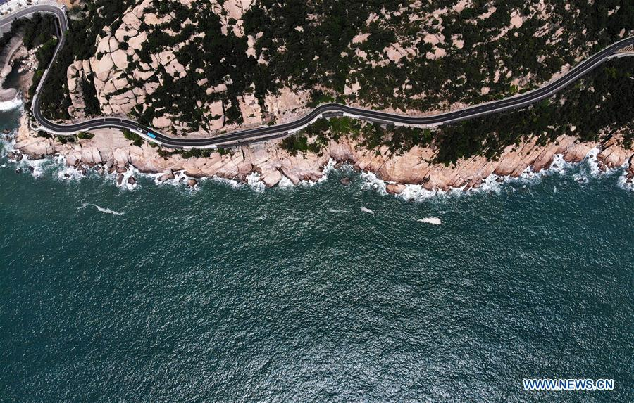 Aerial photo taken on May 21, 2018 shows a coastal road of the Laoshan Mountain in Qingdao, east China\'s Shandong Province. (Xinhua/Li Ziheng)