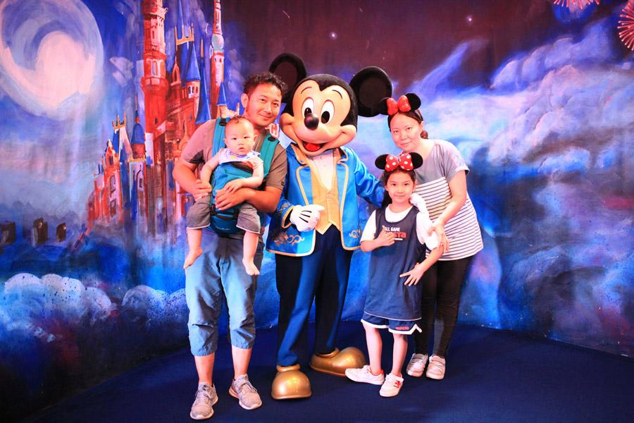 In 2018, in Shanghai Disneyland. (Photo provided to chinadaily.com.cn)  Xu Guangda and his wife Ma Hui have completed their self-driving tour of 34 countries with their 7-year-old daughter in the past five years.  In order to realize his dream of cycling to Tibet, Xu, 36, quit his job in a State-owned enterprise in Qitaihe, Heilongjiang Province, in 2011.  \
