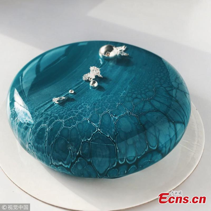 Confectioner Ksenia Penkina has created mirror glazed mousse cakes tha are unbelievably shiny that one could actually see their reflection in the mirrored surface. According to Penkina, it takes three days to make one mousse cake, made of all-natural ingredients, including real cream, milk, fruits and berries, biscuits, and premium chocolates.(Photo/VCG)