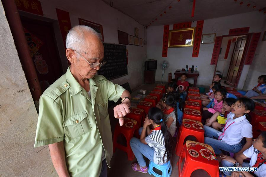 Miao Yanxiang waits for children at the caring station for left-behind children at his home in Shibu Town, Nanchang City of east China\'s Jiangxi Province, May 23, 2018. Miao, over 70, established a caring station for left-behind children at his own house in 2009, where he provided free place for children to do homework and study after school. Having received more than 3,000 children over the past nine years, Miao is satisfied with his voluntary work as he see the progress of the children. (Xinhua/Peng Zhaozhi)