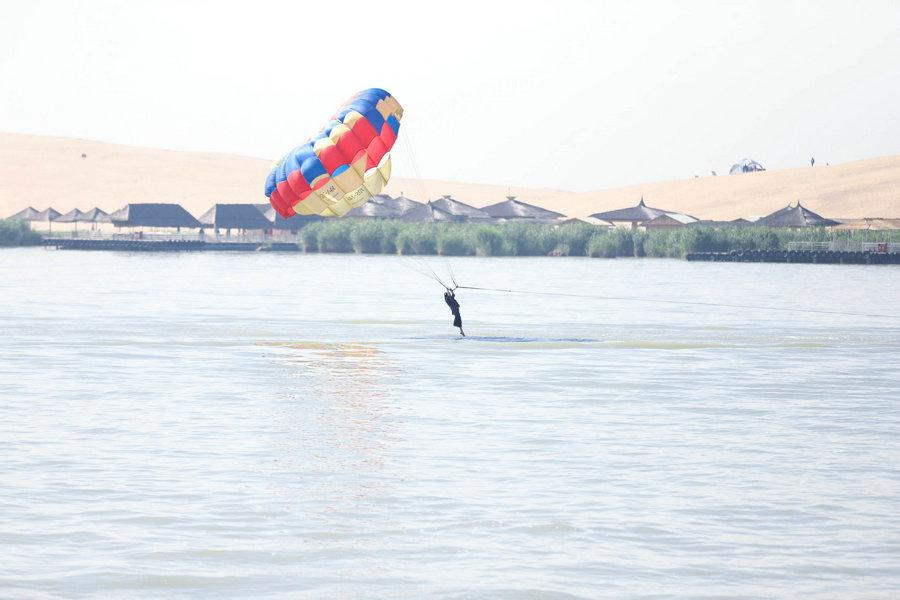 A visitor tries parasailing on the Shahu Lake in Ningxia Hui autonomous region, May 23, 2018. (Photo provided to chinadaily.com.cn)