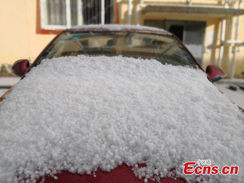 Photo take on May 24, 2018 shows hailstones hitting Hongyuan County, Southwest China's Sichuan Province. The hail storm continued for 13 minutes, with the largest hailstone measuring 1.5 centimeters. There\'s been no reports of injuries or deaths. (Photo: China News Service/Tang Mingbo)