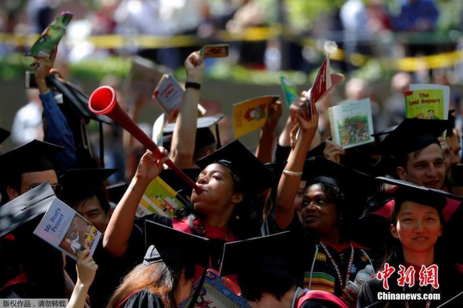 Students from the Graduate School of Education cheer as they receive their degrees during the 367th Commencement Exercises at Harvard University in Cambridge, Massachusetts, U.S., May 24, 2018. (Photo/Agencies)