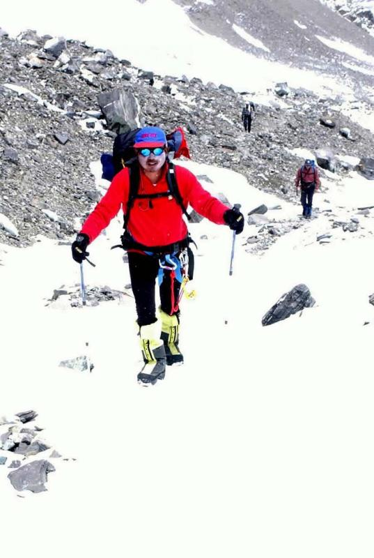 Chinese amateur climbing team members advance from a camp at 6,500 meters to a camp at 7,028 meters on May 18, 2003. The first three members of the team, led by the captain Nyima Tsring, climbed Mount Qomolangma on May 21, 2003. (Photo/Xinhua)