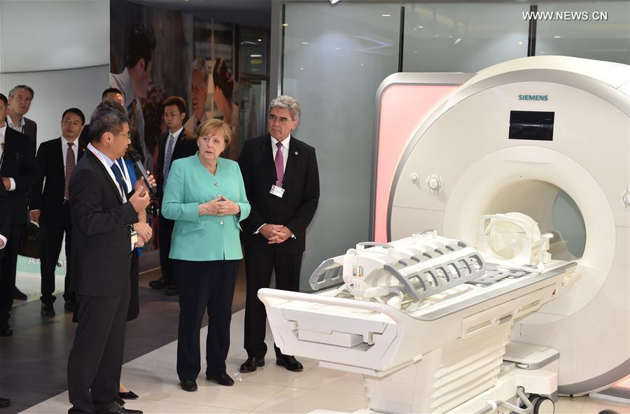 German Chancellor Angela Merkel (C) visits Siemens (Shenzhen) Magnetic Resonance Co., Ltd in Shenzhen, south China\'s Guangdong Province, May 25, 2018. (Xinhua/Mao Siqian)