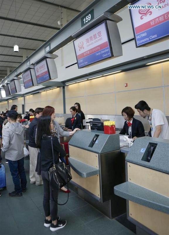 Passengers line up at the check-in counters of Hainan Airlines at Vancouver International Airport in Vancouver, Canada, May 25, 2018. A direct flight between Tianjin and Vancouver was launched on Friday. Flight HU7959, operated by Hainan Airlines, is the first direct passenger air route linking Tianjin with North America. (Xinhua/Liang Sen)