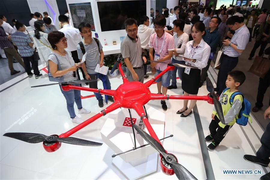 People look at an unmanned aircraft during the International Big Data Industry Expo in Guiyang, capital of southwest China\'s Guizhou Province, May 26, 2018. The four-day expo opened here on Saturday, attracting over 40,000 participants from nearly 30 countries. (Xinhua/Liu Xu)