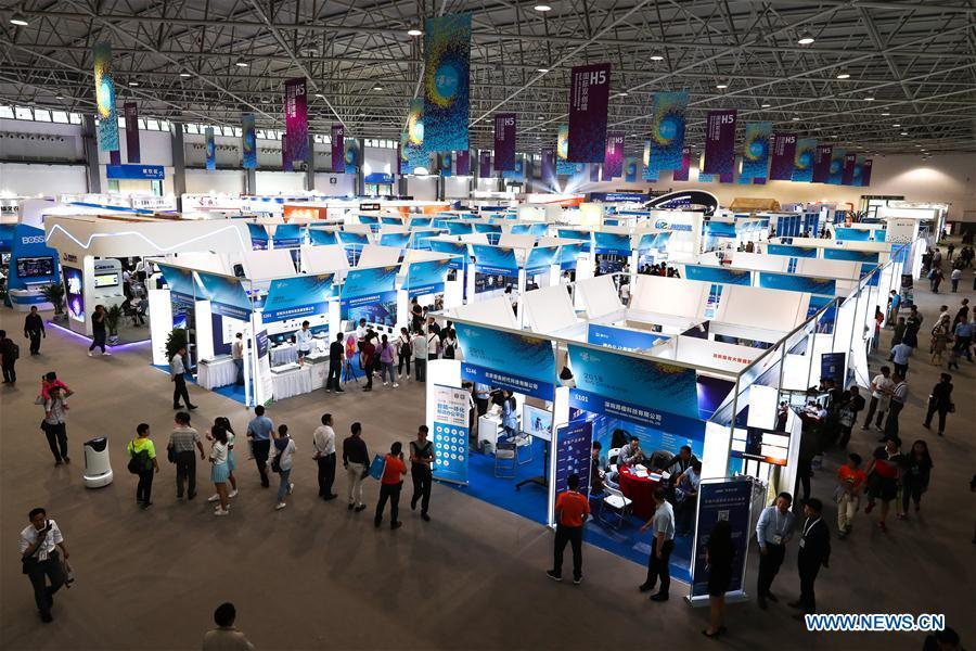 People visit the International Big Data Industry Expo in Guiyang, capital of southwest China\'s Guizhou Province, May 26, 2018. The four-day expo opened here on Saturday, attracting over 40,000 participants from nearly 30 countries. (Xinhua/Liu Xu)