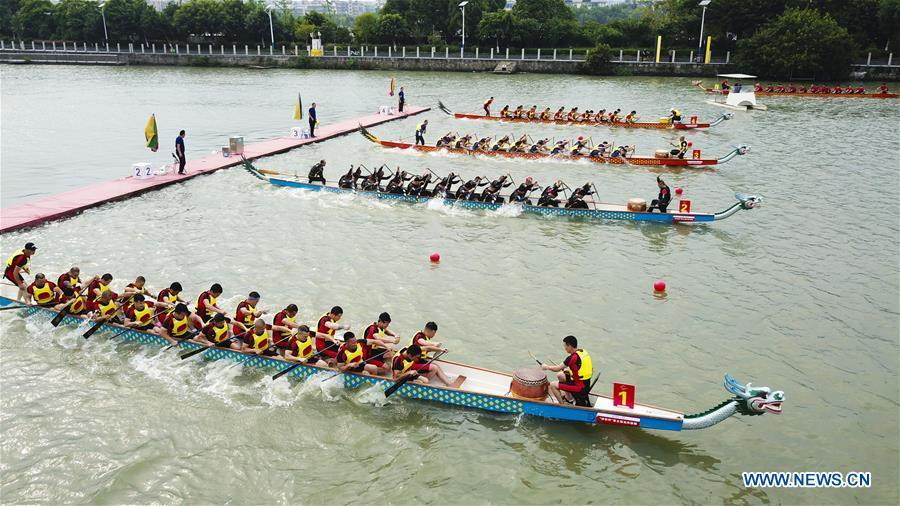 Contestants take part in a dragon boat match at a water park of Huichang lake in Wenzhou, east China\'s Zhejiang Province, May 26, 2018. (Xinhua/Su Qiaojiang)