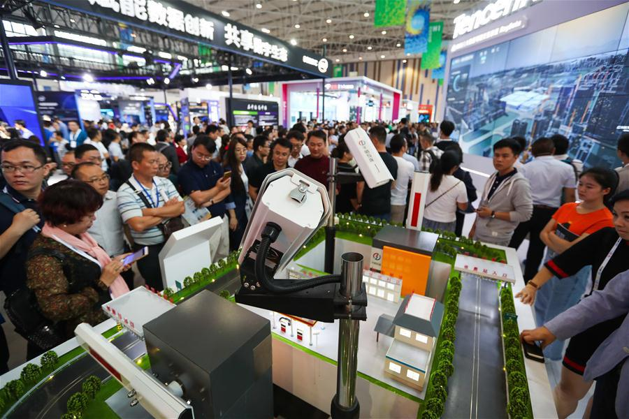Visitors view an intelligent traffic platform during the 2018 China international big data industry expo in Guiyang, Southwest China\'s Guizhou province, May 26, 2018.(Photo/Xinhua)