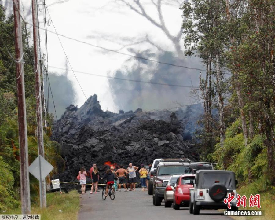 Onlookers gather in front of hardened lava from the Kilauea volcano, in the Leilani Estates near Pahoa, Hawaii, U.S., May 26, 2018. (Photo/Agencies)