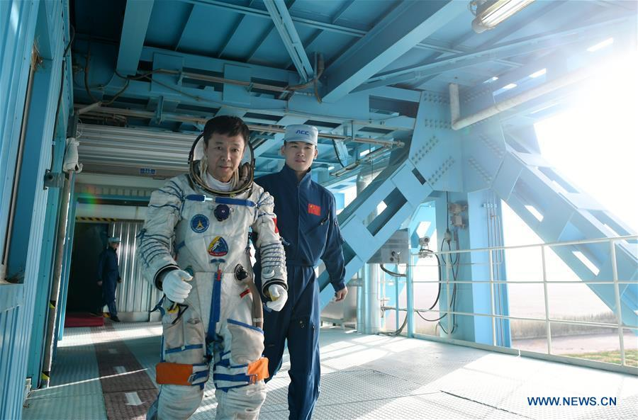Taikonaut Deng Qingming (L) participates in a launchpad emergency escape training in northwest China\'s Gansu Province, May 16, 2018. Fifteen Chinese taikonauts have just completed desert survival training deep in the Badain Jaran Desert near Jiuquan Satellite Launch Center in northwest China. Organized by the Astronaut Center of China (ACC), the program was designed to prepare taikonauts with the capacity to survive in the wilderness in the event their re-entry capsule lands off target. (Xinhua/Chen Bin)