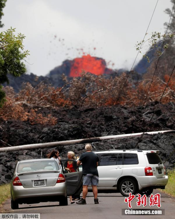 Onlookers gather to watch as lava pours out of a fissure in the Leilani Estates near Pahoa, Hawaii, U.S., May 26, 2018. (Photo/Agencies)