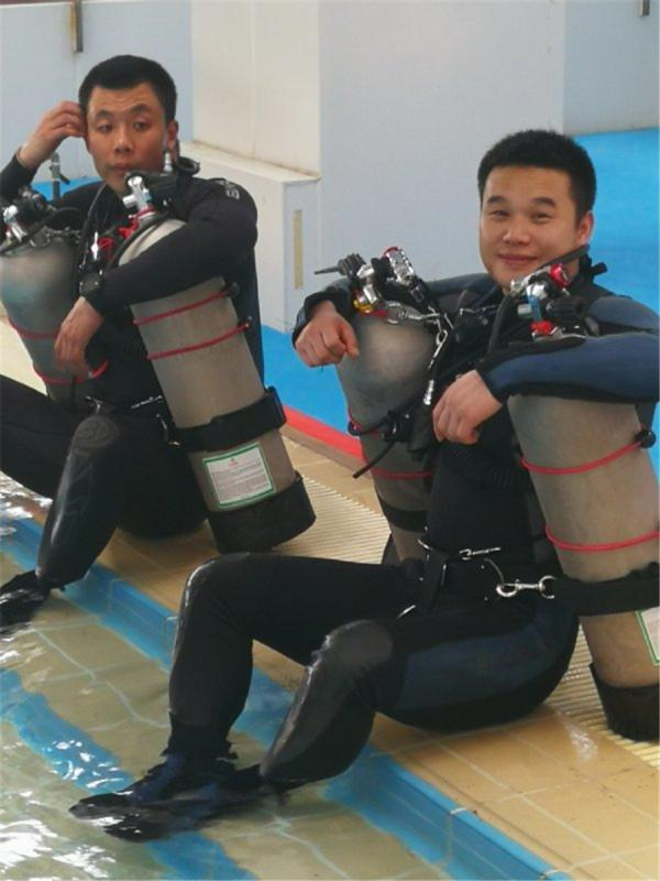 Chen Chao (left) and one of his colleagues take a break after a training session. (Photo provided to China Daily)