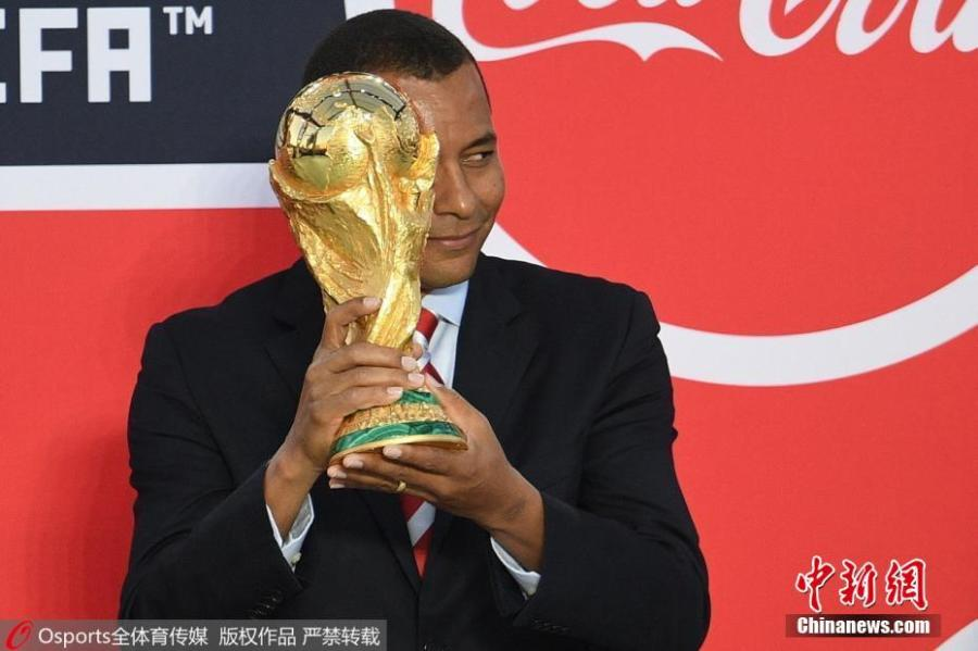 Former Brazilian Football national team member Gilberto Aparecido da Silva shows a FIFA World Cup Trophy in St. Petersburg, Russia, May 26, 2018. The FIFA World Cup Trophy Tour kicked off on September 9 in Moscow and traveled across Russian cities until December, when it continued its journey abroad visiting over 50 countries. (Photo/Osports)
