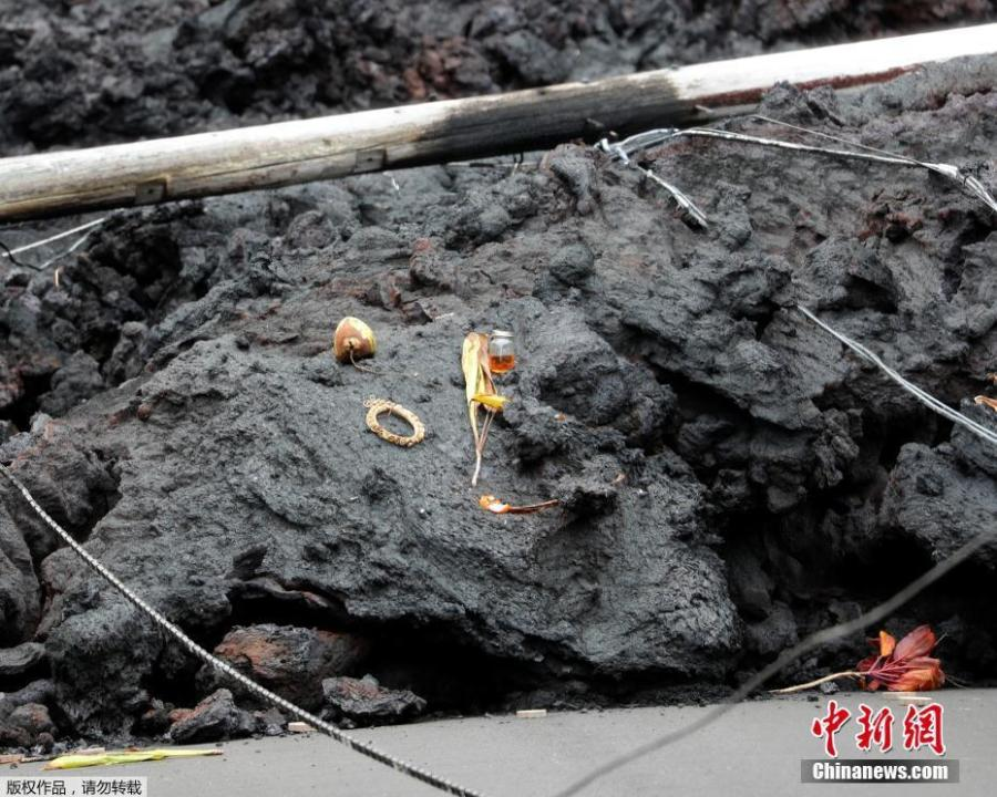 Offerings are left on a fresh lava bed from the Kilauea volcano, in the Leilani Estates near Pahoa, Hawaii, U.S., May 26, 2018. (Photo/Agencies)