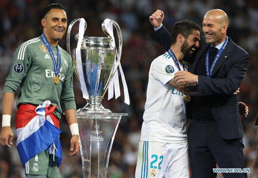 Marcelo (C) of Real Madrid holds the trophy after the UEFA Champions League final match between Liverpool and Real Madrid in Kiev, Ukraine on May 26, 2018. Real Madrid claimed the title with 3-1. (Xinhua/Sergey)