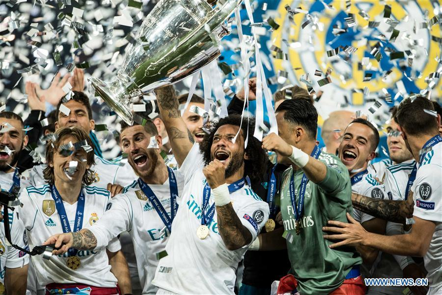 Marcelo (C) of Real Madrid holds the trophy after winning the UEFA Champions League final match between Liverpool and Real Madrid in Kiev, Ukraine on May 26, 2018. Real Madrid claimed the title with 3-1. (Xinhua/Wuzhuang)