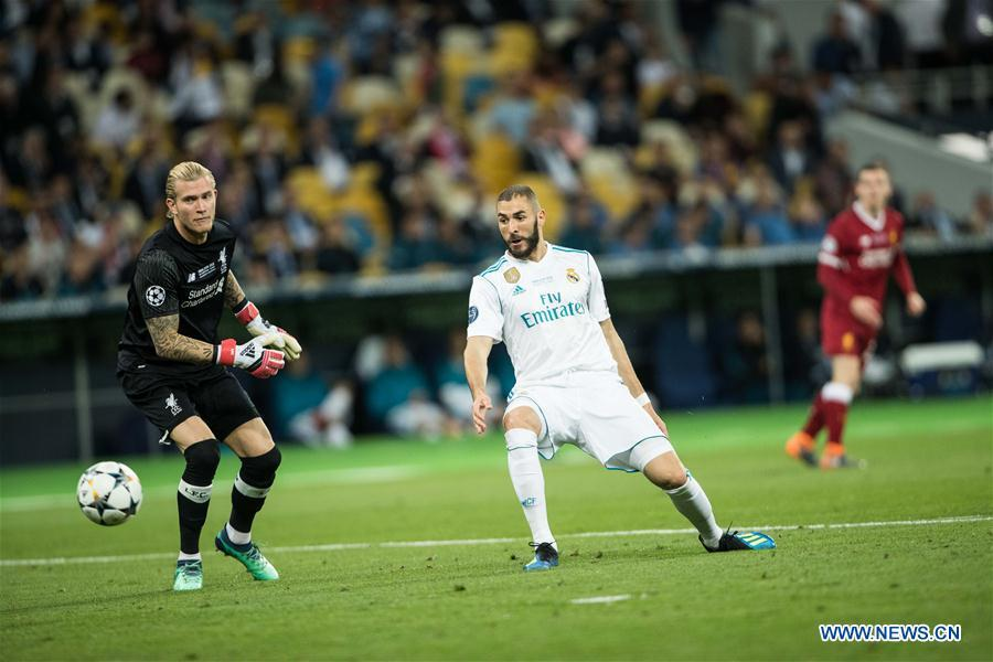Benzema (R) of Real Madrid shoots during the UEFA Champions League final match between Liverpool and Real Madrid in Kiev, Ukraine on May 26, 2018. Real Madrid claimed the title with 3-1. (Xinhua/Wuzhuang)