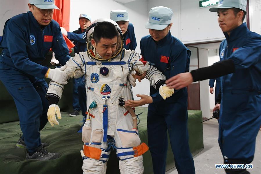 Taikonaut Chen Dong (C) participates in a launchpad emergency escape training in northwest China\'s Gansu Province, May 16, 2018. Fifteen Chinese taikonauts have just completed desert survival training deep in the Badain Jaran Desert near Jiuquan Satellite Launch Center in northwest China. Organized by the Astronaut Center of China (ACC), the program was designed to prepare taikonauts with the capacity to survive in the wilderness in the event their re-entry capsule lands off target. (Xinhua/Chen Bin)