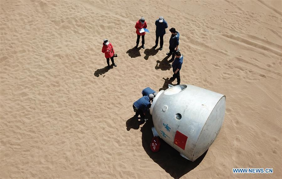 Staff members arrange for a wilderness survival training for taikonauts in the Badain Jaran Desert in northwest China\'s Gansu Province, May 17, 2018. Fifteen Chinese taikonauts have just completed desert survival training deep in the Badain Jaran Desert near Jiuquan Satellite Launch Center in northwest China. Organized by the Astronaut Center of China (ACC), the program was designed to prepare taikonauts with the capacity to survive in the wilderness in the event their re-entry capsule lands off target. (Xinhua/Chen Bin)