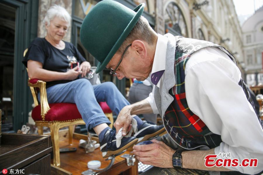 The first European competition of shoe cleaning is held in the historical gallery of Saint Hubert in Brussels, Belgium, May 26, 2018. About 10 shiners from different European countries free polished shoes to customers in this event.  (Photo/IC)