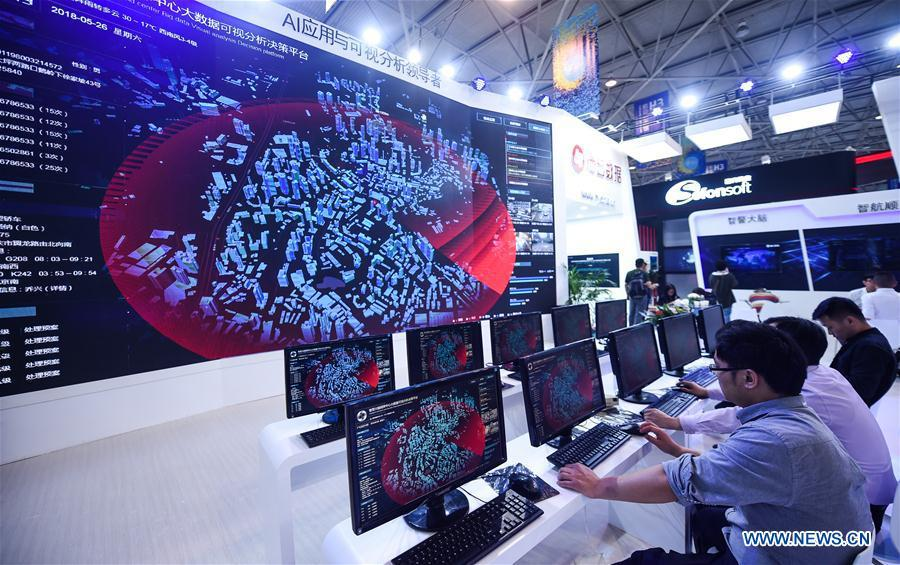 Exhibitors show a big data visual analysis decision platform during the 2018 China international big data industry expo in Guiyang, Southwest China\'s Guizhou province, May 26, 2018. (Photo/Xinhua)