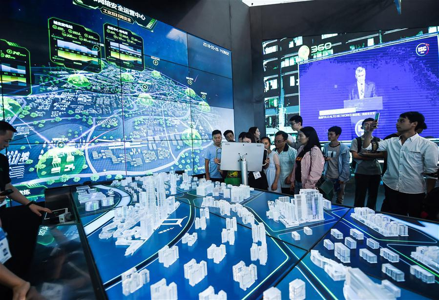 Visitors view a city internet safety operation center during the 2018 China international big data industry expo in Guiyang, Southwest China\'s Guizhou province, May 26, 2018. (Photo/Xinhua)