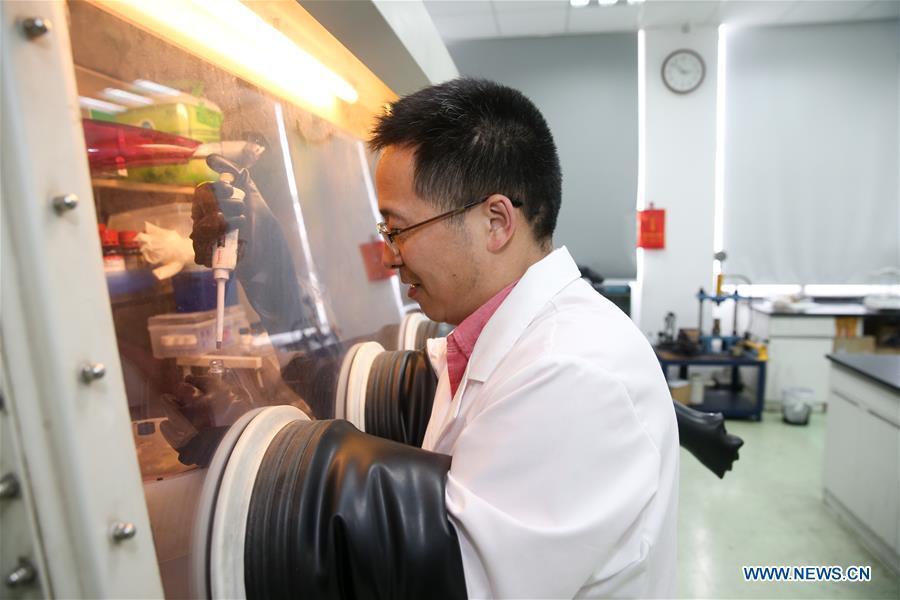Huang Fuqiang, chief researcher at the Shanghai Institute of Ceramics of Chinese Academy of Sciences, makes the composite material at the Shanghai Institute of Ceramics of Chinese Academy of Sciences in east China\'s Shanghai, April 24, 2018. A new composite material developed by a group of Chinese researchers has proved highly effective in cleaning water contaminated by organics. (Xinhua/Ding Ting)