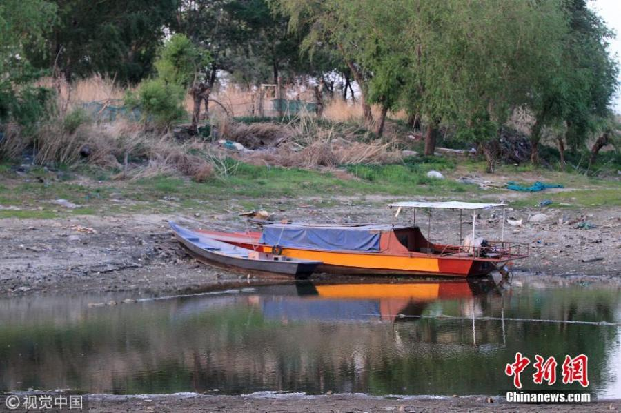 Picture taken on May 26, 2018 shows the water level of the Songhua River has dropped to its lowest point since 2008 in Harbin City, Northeast China's Heilongjiang Province. Many boats are stranded and the river bank has also dried up. (Photo/VCG)