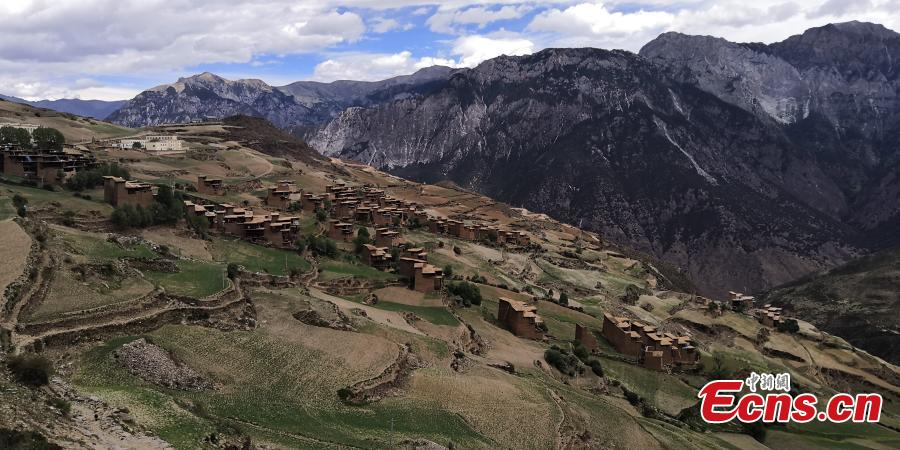 A view of watchtower-like residential buildings in Gonjo County, Chamdo Prefecture in Southwest China's Tibet Autonomous Region. Locals in the county's Sanyan area live in the buildings that are three to five floors high and made of mud on the outside, with each structure home to at least two families. (Photo: China News Service/Ji Xiang)