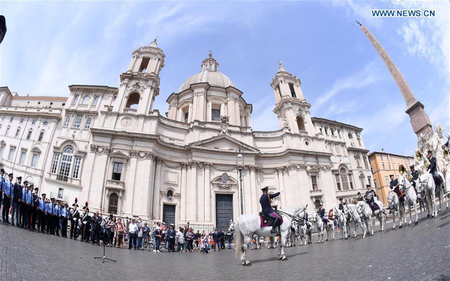 Photo taken on May 28, 2018 shows a ceremony held to symbolically mark the start of the third year of law enforcement cooperation between China and Italy in Rome, Italy. Police officers and dignitaries from China and Italy -- as well as hundreds of photo-snapping passersby -- were in Rome\'s picturesque Piazza Navona Monday for the ornate ceremony. (Xinhua/Alberto Lingria)