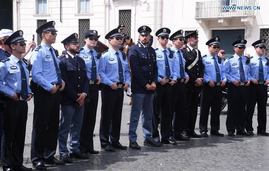 Police officers from China and Italy attend a ceremony held to symbolically mark the start of the third year of law enforcement cooperation between the two countries in Rome, Italy, on May 28, 2018. Police officers and dignitaries from China and Italy -- as well as hundreds of photo-snapping passersby -- were in Rome\'s picturesque Piazza Navona Monday for the ornate ceremony. (Xinhua/Alberto Lingria)