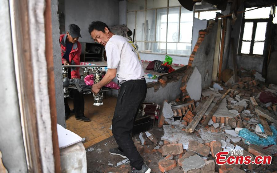Residents affected by an earthquake move their belongings in Songyuan City, Northeast China's Jilin Province, May 28, 2018. An earthquake with a magnitude of 5.7 rocked Ningjiang District, Songyuan City on Monday morning, damaging the houses of more than 1,000 families. Local authorities have provided relief supplies to residents affected by the quake. (Photo: China News Service/Zhang Yao)