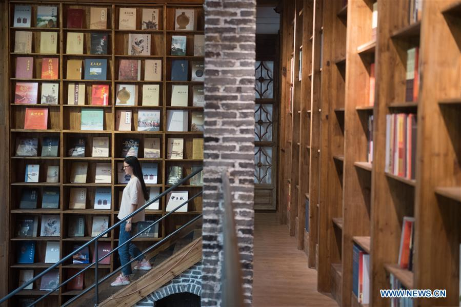 Photo shows walls of books in a hostel in Moganshan Town in Deqing County, east China\'s Zhejiang Province, May 29, 2018. The owner of the hostel Zhu Jindong, who worked in publishing, founded the hostel in 2015. The library collecting about 20,000 books in the hostel made it famous and attracted many tourists. (Xinhua/Weng Xinyang)