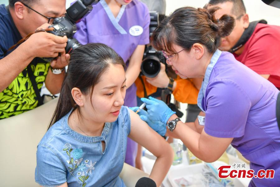 Shi Jiayu, a 25-year-old woman from Beijing, becomes the first on the Chinese mainland to receive Gardasil 9, a vaccine for human papillomavirus (HPV), administered at United Family Healthcare in Boao, South China's Hainan Province, May 30, 2018. (Photo: China News Service/Luo Yunfei)