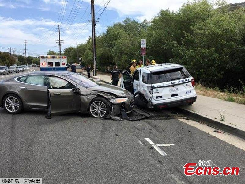 This photo provided by the Laguna Beach Police Department shows a Tesla sedan, left, in autopilot mode that crashed into a parked police cruiser, May 29, 2018, in Laguna Beach, Calif. Police Sgt. Jim Cota says the officer was not in the cruiser at the time of the crash and that the Tesla driver suffered minor injuries. (Photo/Agencies)