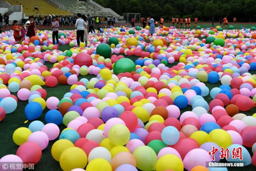 Senior high school pupils trample balloons in an activity to relieve stress ahead of the National College Entrance Exams, or Gaokao, at No.1 High School in Hefei City, East China's Anhui Province, May 28, 2018. The school prepared 20,000 balloons to allow some 2,000 students a fun break from the test stress. (Photo/VCG)
