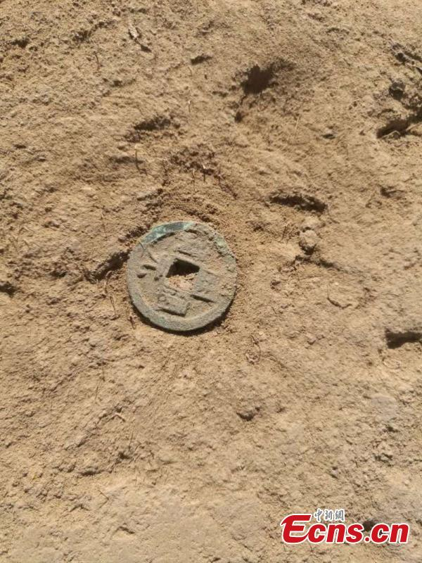An archeologist works at the Beiting ancient ruins in Jimsar County, Northwest China's Xinjiang Uygur Autonomous Region. Archeologists from the CASS Institute of Archeology have found city walls built in different periods, a coin from the Tang Dynasty (618-907), horse bones, armor remains and other relics, media reported on May 29. (Photo: China News Service/Ma Dejun)