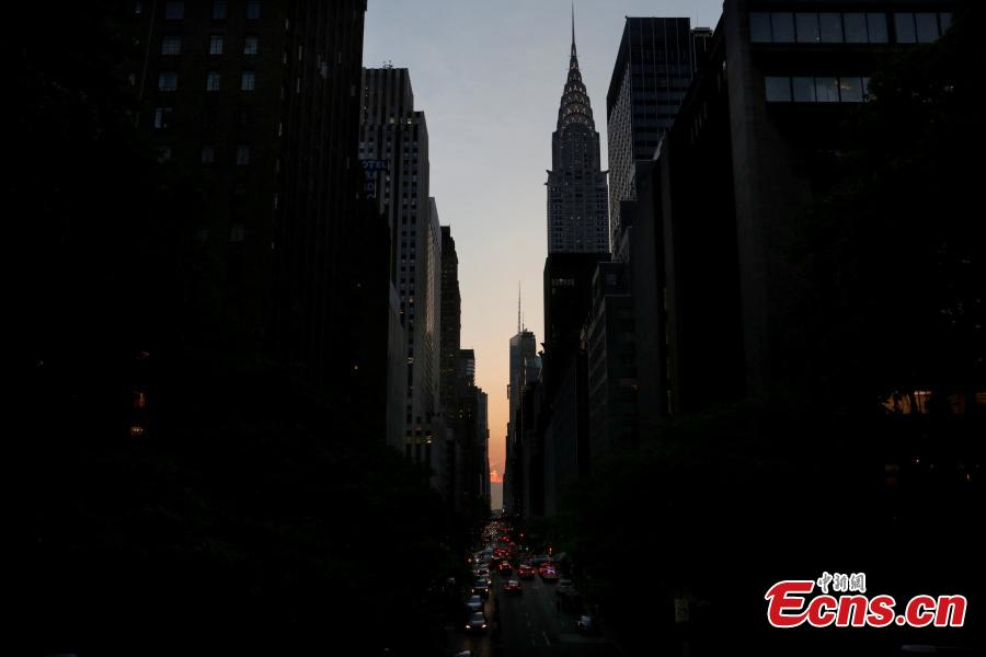 A cloud blocks the sunset on 42nd St in Manhattan during the phenomenon known as Manhattanhenge in New York City, New York, U.S. May 29, 2018. (Photo/Agencies)